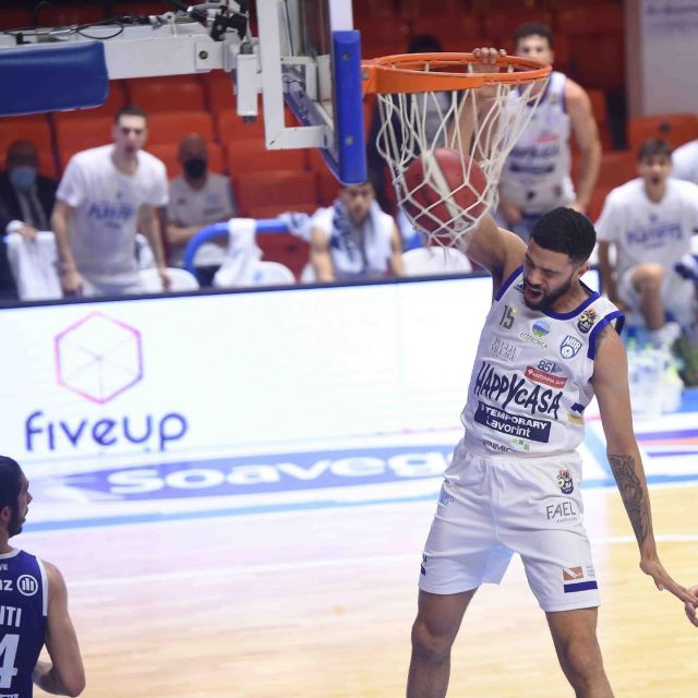 Insieme ai campioni dell'@happycasabrindisi!  💙🤍💪🏻  #fiveup #forzabrindisi #happycasabrindisi #lastelladelsud #basketball #partnership